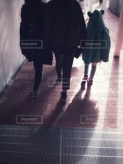 歩く人の後ろ姿の写真・画像素材[2182668]