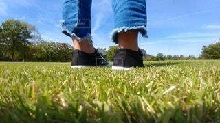 芝生に立っている人の写真・画像素材[2185129]