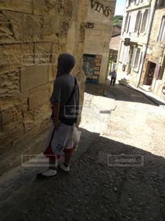 歩道に立っている男の写真・画像素材[2219421]