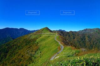 夏の瓶ヶ森林道を上から望むの写真・画像素材[2182609]