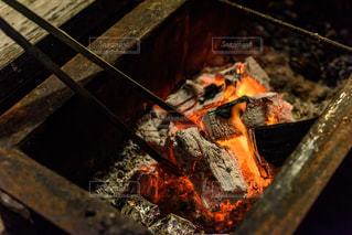 炭火を起こしてバーベキューの準備の写真・画像素材[2183558]