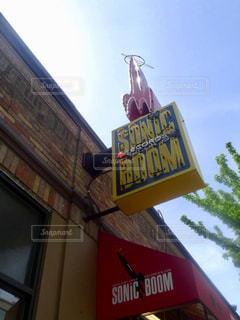 柱からぶら下がっている黄色いサインの写真・画像素材[2184941]