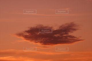 夕焼けに浮かぶ雲の写真・画像素材[2480422]