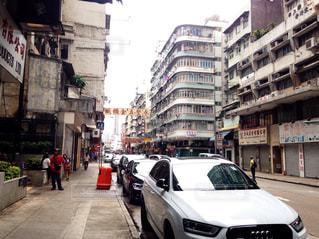 近くに忙しい街の通りのの写真・画像素材[893767]