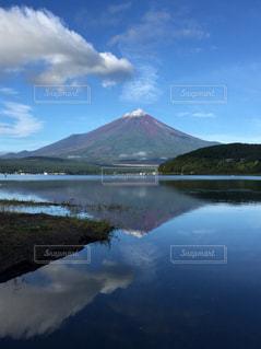 山を背景にした水域の写真・画像素材[2495137]