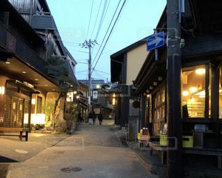 通りの角に店がある建物の写真・画像素材[2208911]