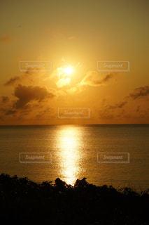 水の体に沈む夕日の写真・画像素材[2185057]