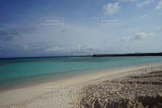 海の隣の砂浜の写真・画像素材[2189737]