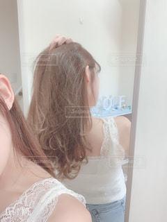 髪をかきあげる女性の写真・画像素材[2209437]