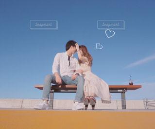 ベンチに座っているカップルの写真・画像素材[2224978]