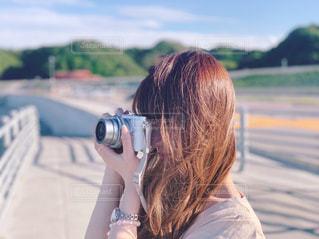 カメラで撮影している女性の写真・画像素材[2228346]
