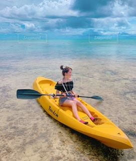 浜辺の黄色いボートの写真・画像素材[2268191]