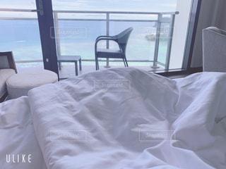 窓の横にある大きな白いベッドの写真・画像素材[2268204]