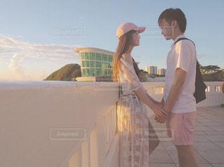 手を繋ぐカップルの写真・画像素材[2268615]