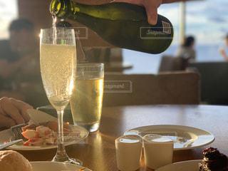 グラスに注がれるシャンパンの写真・画像素材[2268619]