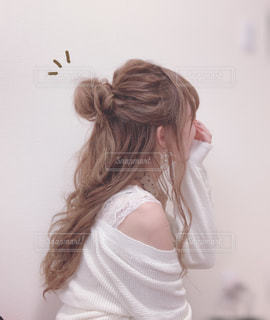 ニットカーディガンを着た女性の写真・画像素材[2497335]