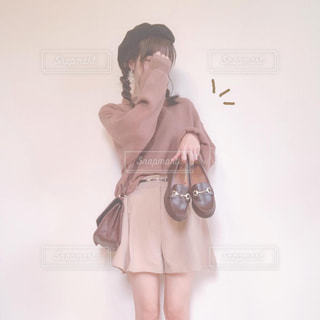 靴を持った女性の写真・画像素材[2497342]