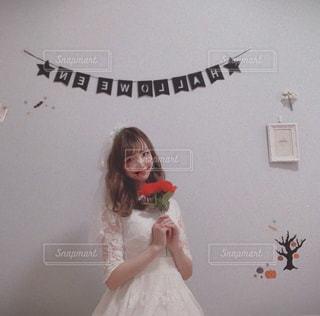 カメラに向かってポーズをとる鏡の前に立つ人の写真・画像素材[2684568]