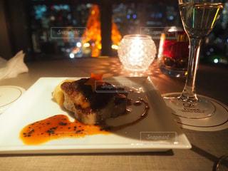 食べ物の皿とワイン1杯の写真・画像素材[2798185]