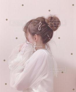 お団子ヘアの女性の写真・画像素材[2815442]