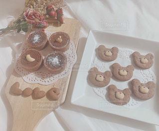 テーブルの上くまさんクッキーとチョコタルトの写真・画像素材[2979796]