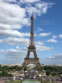 背景にエッフェル塔と空の背景を持つ大きな背の高い塔の写真・画像素材[2190721]