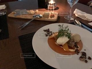 食卓の上の食べ物の皿の写真・画像素材[2187156]