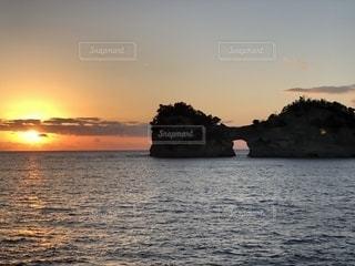 水の体に沈む夕日の写真・画像素材[2187460]
