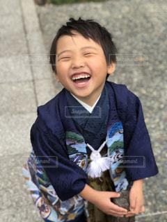 歩道に立っている小さな男の子の写真・画像素材[2190461]