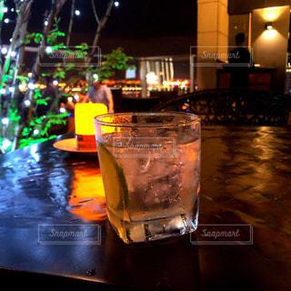 テーブルの上に一杯の水の写真・画像素材[2187877]