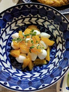 オレンジとモッツァレラのサラダの写真・画像素材[2208541]