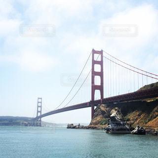 水域を渡る橋を渡る列車の写真・画像素材[2260328]