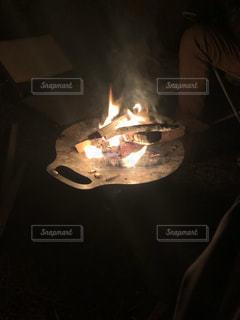 深夜の焚き火の写真・画像素材[2190121]
