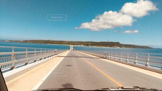 島に向かって真っ直ぐ伸びる橋の写真・画像素材[2275709]