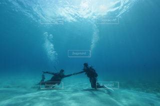 水の中で泳いでいる男女の写真・画像素材[2861263]