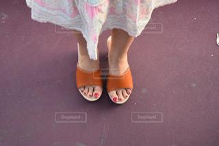 通りを歩いている小さな女の子の写真・画像素材[2199585]