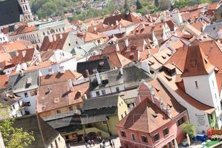 チェスキークルムロフの街の建物の屋根の写真・画像素材[2213541]