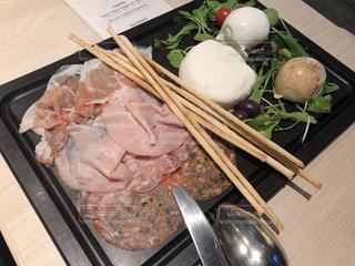 生ハムとモッツァレラチーズの前菜の写真・画像素材[2243540]