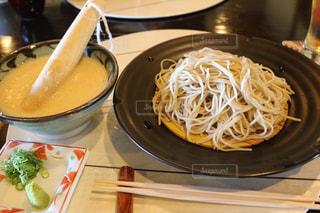板の上に食べ物のボウルの写真・画像素材[995162]