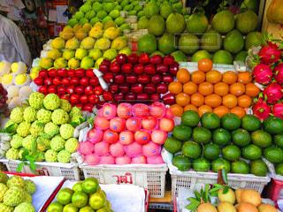様々 な新鮮な果物や野菜の店で展示の写真・画像素材[995233]