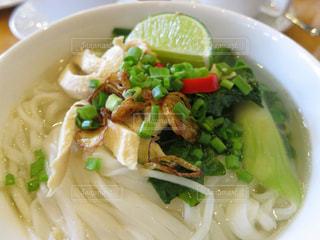 皿の上の野菜と肉の白鉢の写真・画像素材[995677]