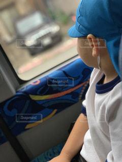 窓の外を見ている息子の写真・画像素材[2190870]