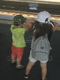 通過する電車の音に耳を塞ぐ子供達(笑)の写真・画像素材[2195767]