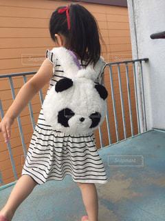 テディベアを抱いている若い女の子の写真・画像素材[2190915]