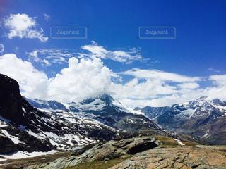 雪に覆われた山の眺めの写真・画像素材[2213945]
