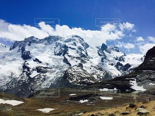 雪に覆われた山の眺めの写真・画像素材[2213946]