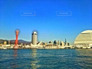都市を背景にした大きな水域の写真・画像素材[2211274]