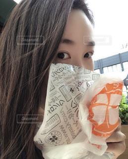 ドーナツを食べる人の写真・画像素材[2198364]
