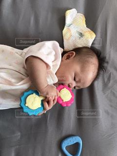 ベッドの上に横たわっている赤ん坊の写真・画像素材[2191262]