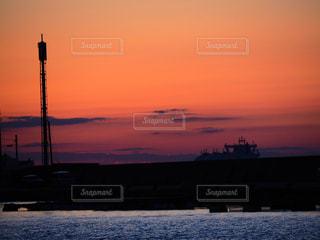 水の体の上の夕日の写真・画像素材[2264741]